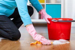 fregado suelos a mano